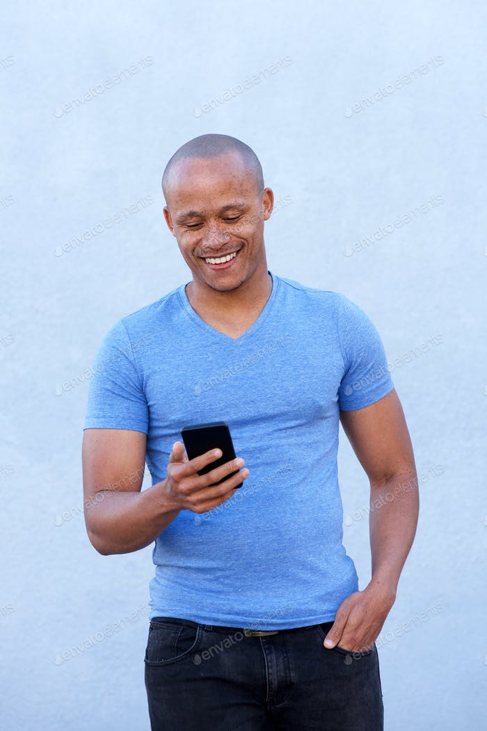 cool chico africano sonriendo con celular