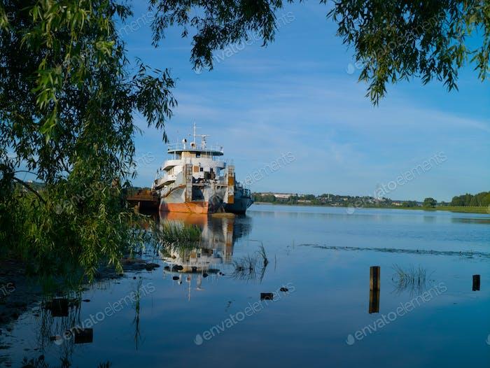 Alter Fluss Schlepper steht im Fluss Backwater Sommer sonnigen Morgen