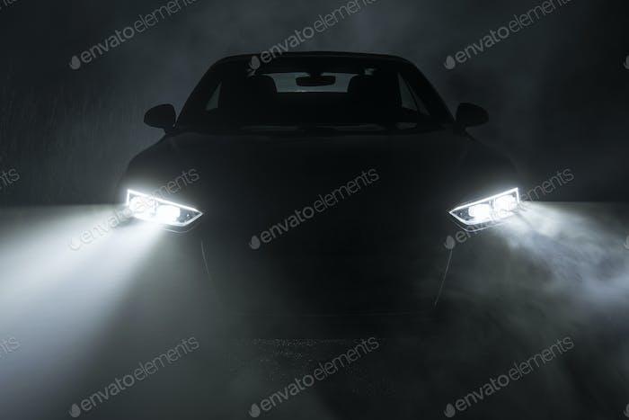 Conducir nocturno en niebla densa