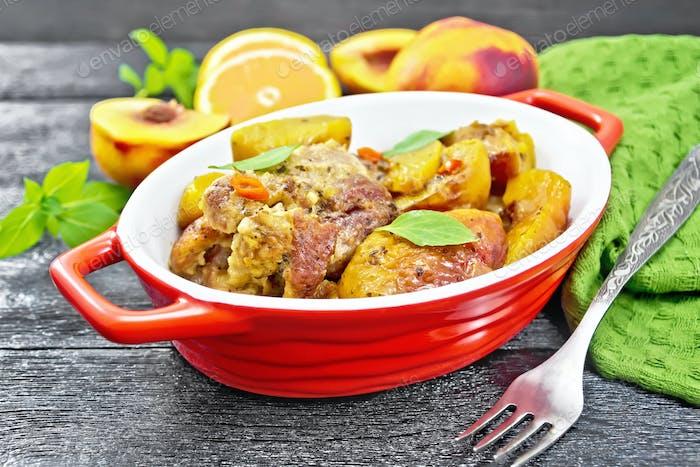 Türkei mit Pfirsichen in Pfanne an Bord