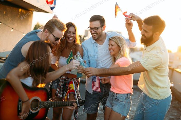 Gruppe von Freunden genießen party