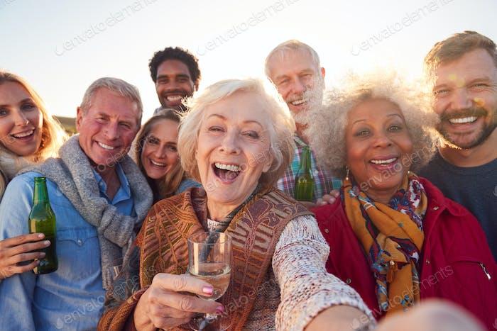 Multi-Generation Erwachsene Familie nehmen Selfie bei Outdoor-Party Feier