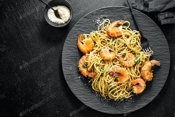 Spaghetti Pasta mit Pesto und Garnelen