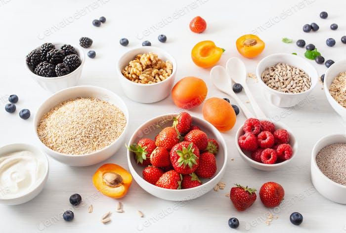 rohes Getreide, Obst zum Frühstück. Haferflocken und Stahlschnitt, Gerste, Walnuss, Chia, Aprikose
