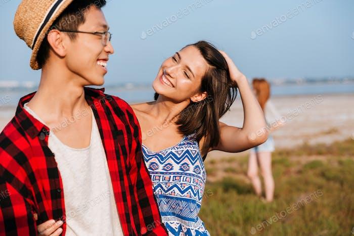 Fröhlich junge paar umarmt im freien