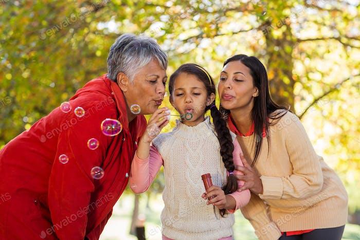 Tochter mit Mutter und Großmutter Blasen Blasen