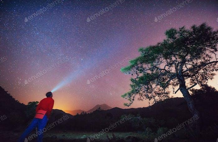 человек мира смотрит на звездное небо