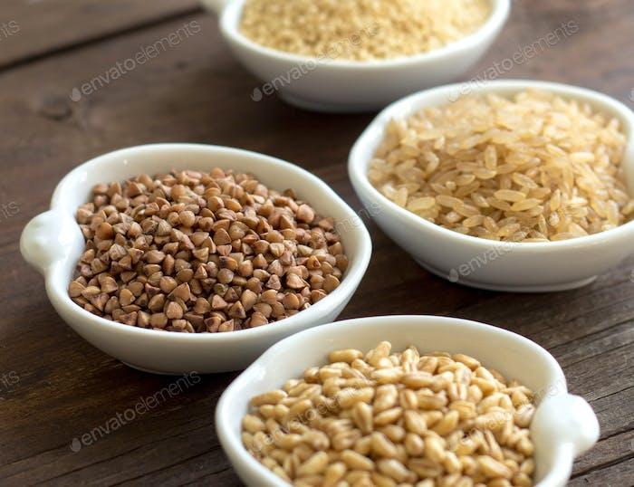 Getreide in Schüsseln Nahaufnahme