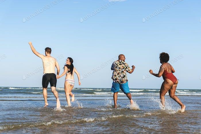 Diverse Freunde haben Spaß am Strand