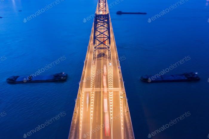 Brücke auf Fluss Nahaufnahme in Einbruch der Dunkelheit