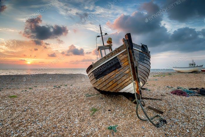 Schöner Sonnenaufgang über Holzboot
