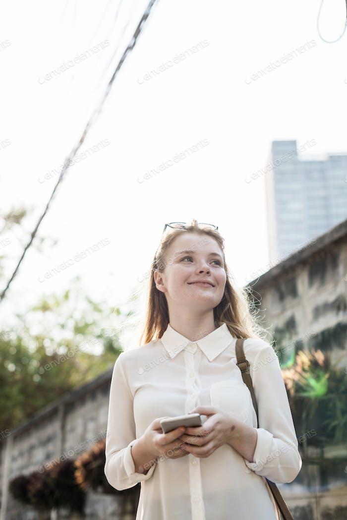 Mädchen Browsing Telefonverbindung Konzept