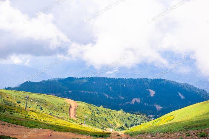 Tolle Aussicht auf erstaunliche Hügel in der warmen Sonneneinstrahlung. Malerische und wunderschöne Szene. Beliebte Touristen
