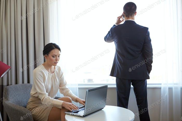 Business-Team mit Laptop arbeiten im Hotelzimmer