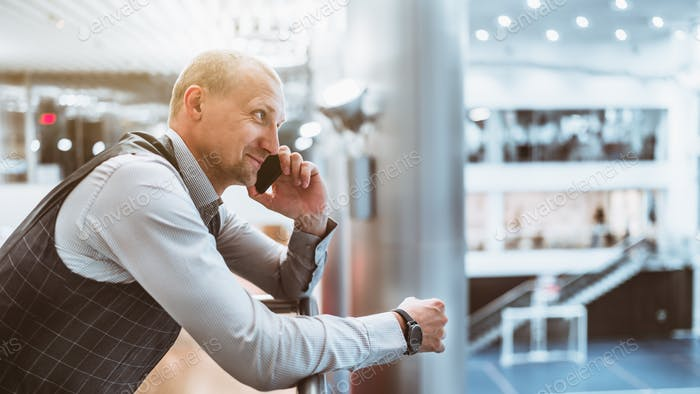 Un hombre de negocios hablando por teléfono