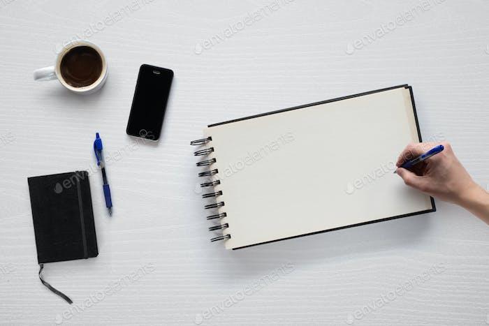 Mockup mit Objekten im Zusammenhang mit der Arbeit von zu Hause, Schreiben und Zeichnen