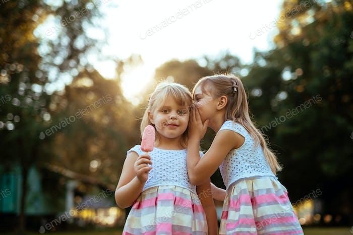 Schöne kleine Mädchen