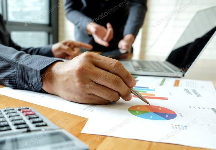 Office-Mitarbeiterteam ist Brainstorming auf Jobanalyse.