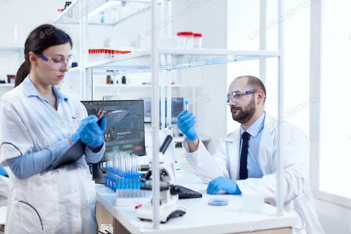 Молодой ученый анализирует и проводит эксперименты