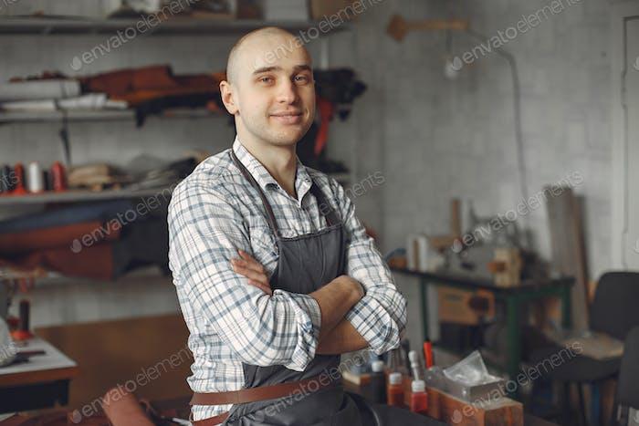 Mann in einem Studio schafft Lederwaren