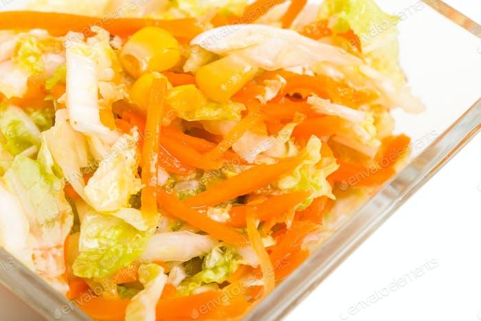 Frischer Krautsalat mit Mais.
