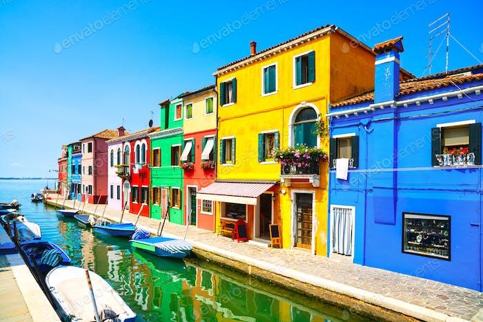 Venedig Wahrzeichen, Burano Insel Kanal, bunte Häuser und Boote,