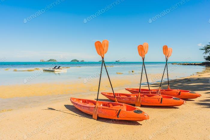 Leeres Kajak Boot oder Schiff am tropischen Strand und Meer