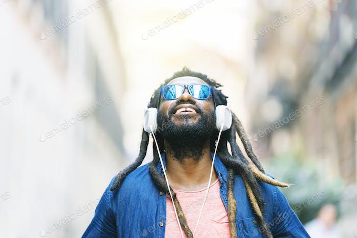 Jovem Africano Ouvindo Música.
