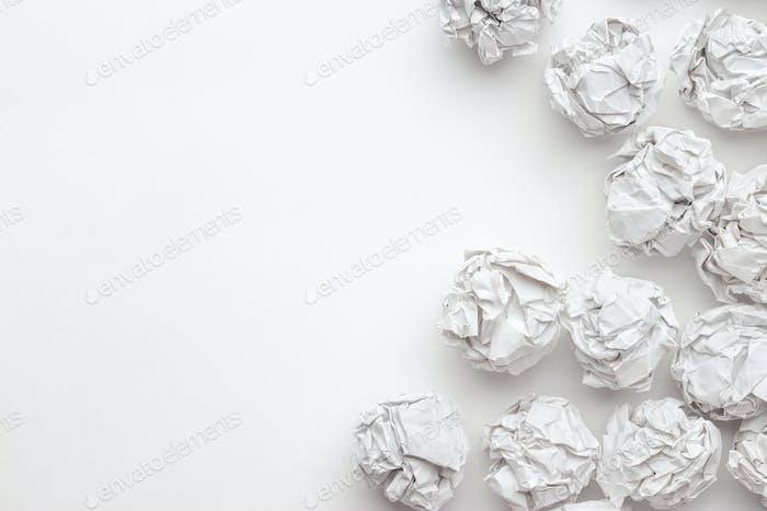 Zerknittertes Papier auf weißem Tisch Brainstorming Konzept