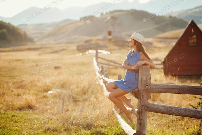 sexy Frau posiert in Cowboy-Hut