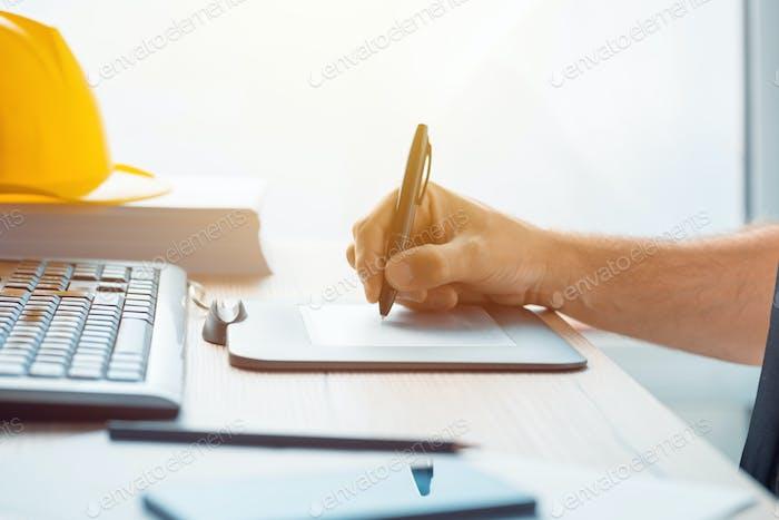 Architekt Bauingenieur arbeiten mit Skizze Stift Tablet i