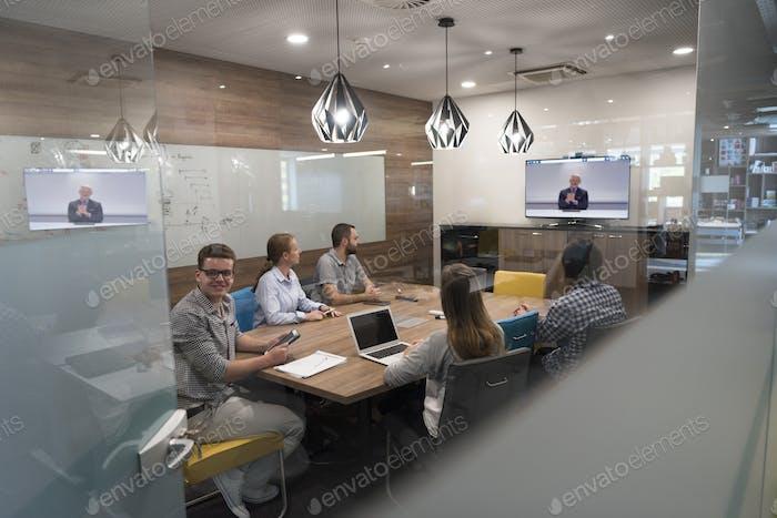 Iniciar Grupo de personas Negocios que asisten a una llamada de videoconferencia