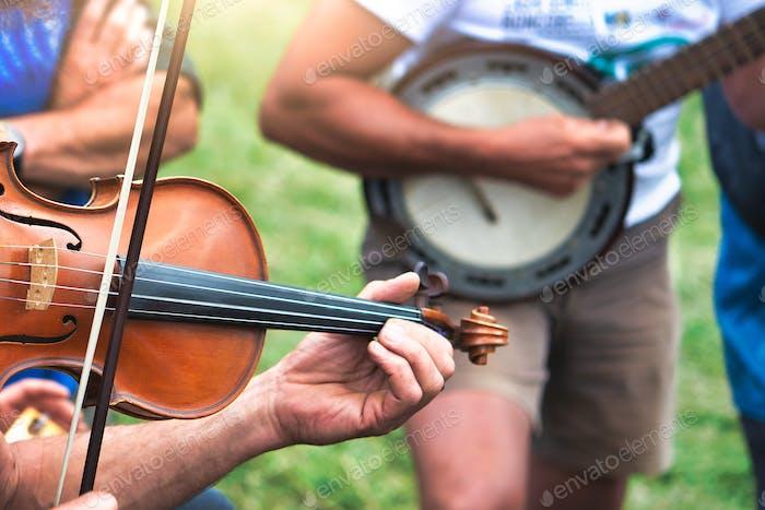 Geige und Banjo gespielt