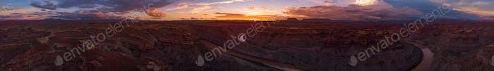 Schöner Sonnenuntergang über dem Colorado River Utah East und West Loop