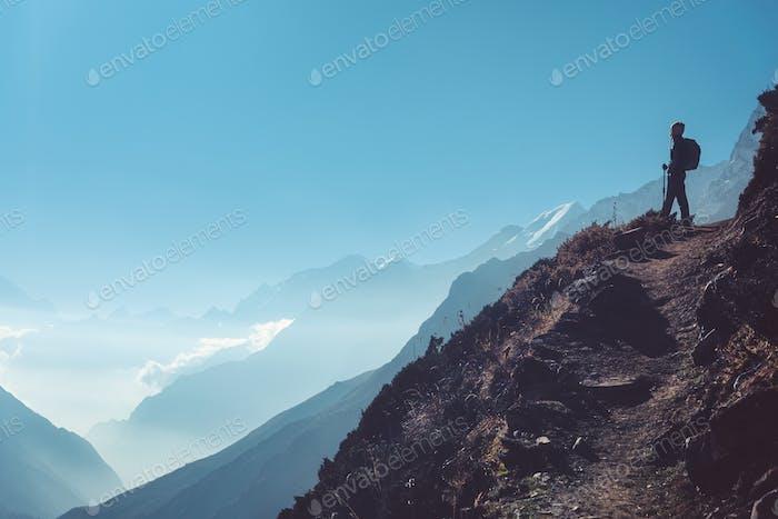 Frau auf dem Hügel und Berge am hellen Tag