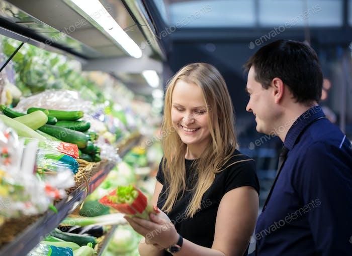Mann und Frau einkaufen für Gemüse
