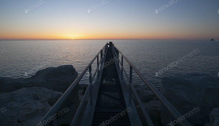 Sonnenaufgang kommt zu den Großen Seen und diesem Metal Walkway
