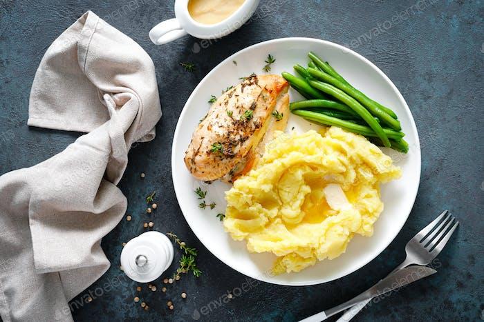 Gegrillte Hähnchenbrust mit Kartoffelpüree und grünen Bohnen