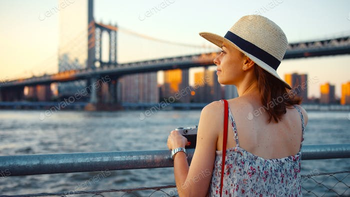 Mujer joven en el terraplén en verano