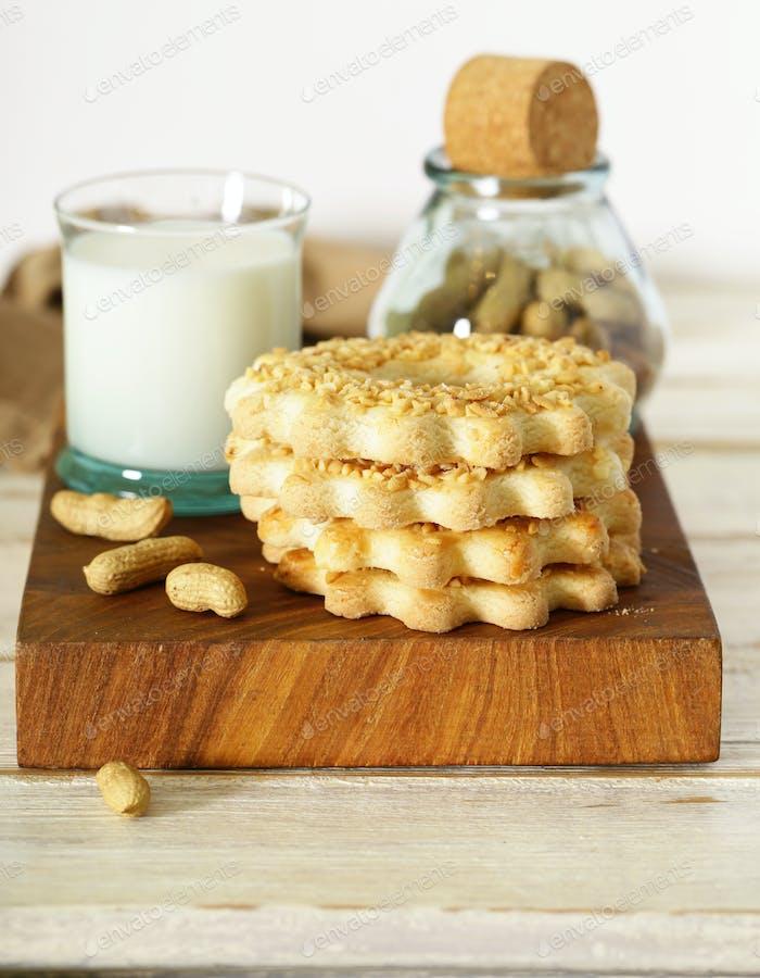 Erdnusskekse mit Milch