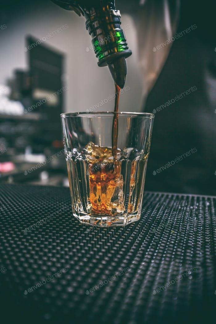 Barman bei der Arbeit