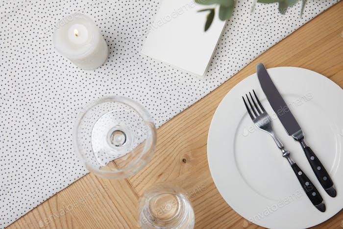 Очки на столе рядом с пустой карточкой на фоне стола