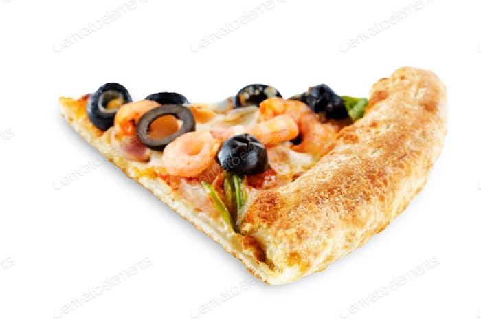 Pizza mit Garnelen, Oliven, grünem Pfeffer und Zwiebel isoliert