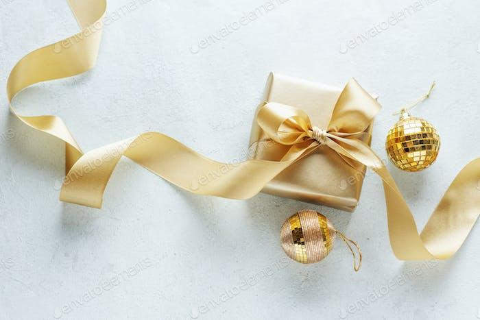 Caja de oro con cinta dorada en brillante