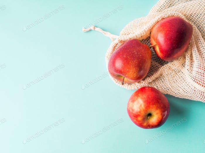 Frische Äpfel im wiederverwendbaren Baumwollbeutel