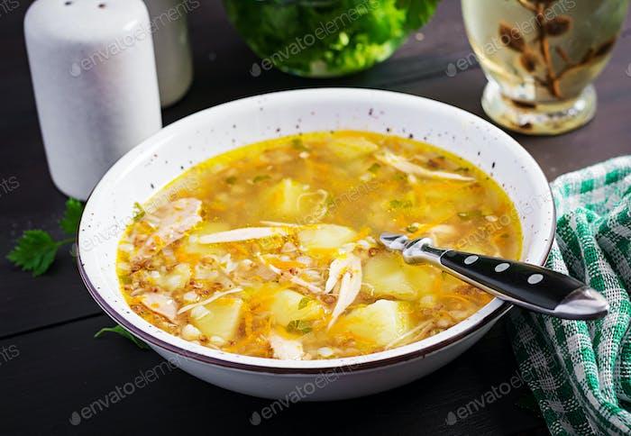 Hühnersuppe mit Kartoffeln und Buchweizen.