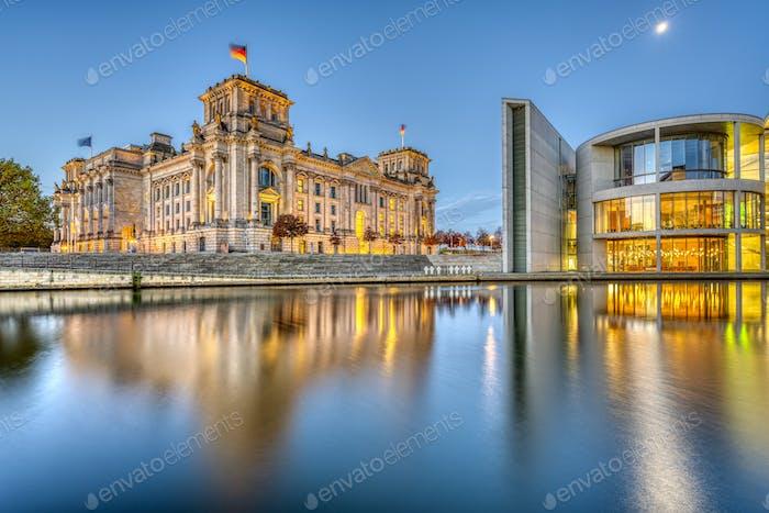 Der Reichstag und ein Teil des Paul-Loebe-Hauses an der Spree