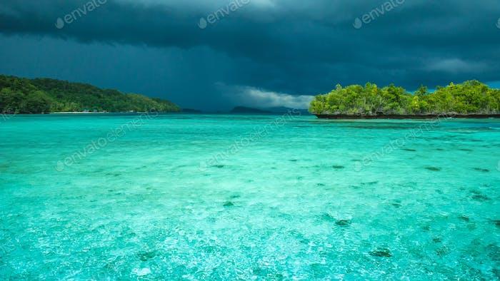 Schöne Blaue Lagoone kurz vor Gewitter, Gam Island, West Papuan, Raja Ampat, Indonesien