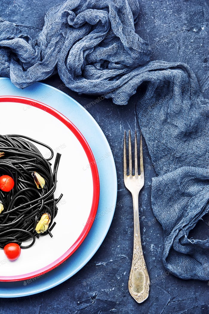 spaghetti with black mussels