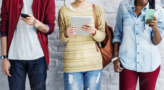 Vielfalt Freunde mit digitalen Geräten Konzept